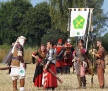 Die neue Struktur ermöglicht schnelle Absprachen zwischen Banner-Heerführern (links) und Bannerratsmitgliedern (mitte)